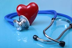 医疗在镜子背景隔绝的听诊器和红色心脏 免版税图库摄影