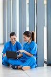 医疗工作者膝上型计算机 图库摄影