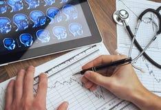 医疗工具 听诊器和心电图在桌上 图库摄影