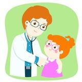 医疗检查的小女孩与男性儿科医生医生 免版税库存照片