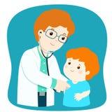 医疗检查的小男孩与男性儿科医生医生 免版税库存图片