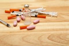 医疗注射器和瓶魔药 库存图片