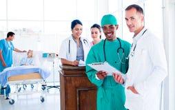 医疗纵向严重的小组工作 免版税库存图片