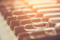 医疗细颈瓶或小瓶或者一次用量的针剂与医学在一个箱子有阳光作用的 免版税库存照片