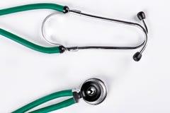 医疗绿色听诊器,白色背景 库存照片
