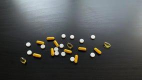 医疗药片 色的药片和胶囊在黑表上 药房题材,与医学抗生素的胶囊药片 股票视频