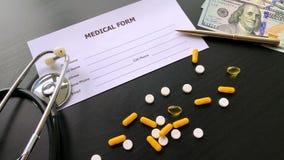 医疗药片 色的药片和胶囊在黑表上 药房题材,与医学抗生素的胶囊药片 股票录像