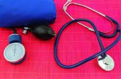 医疗血压计,张力计,听诊器 免版税库存照片