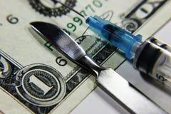 医疗解剖刀注射器美元,有偿的医学, 免版税图库摄影