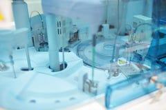医疗设备为分析 为艾滋病和其他疾病测试的血液 脱氧核糖核酸的定义 免版税库存图片