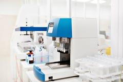 医疗设备为分析 为艾滋病和其他疾病测试的血液 脱氧核糖核酸的定义 免版税库存照片