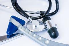 医疗设备或通例响度单位医生-两神经学橡胶反射锤子和一个听诊器或者诊断器械  免版税库存图片