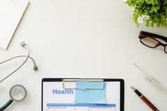 医疗设备,与听诊器办公室大模型的白色背景 免版税库存图片