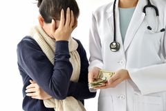 医院和医疗费用,妇女耐心面孔palming担心疾病治疗的医疗费充电 库存照片