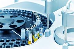 医院实验室,自动生物化学的分析仪 免版税库存照片