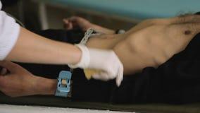 医院护士在耐心肢体的定象电极心脏病学的测试,设备 影视素材