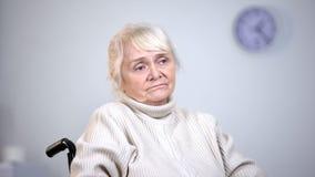 医院特写镜头的,晚年寂寞,病症消沉哀伤的女性领抚恤金者 免版税库存照片