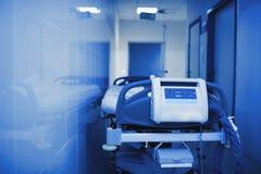 医院病床在一间冷室 免版税库存图片