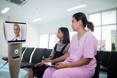 医院谈话的医生与储备室的患者由robo 免版税库存图片