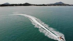 匿名人乘坐的水滑行车 无法认出的旅游在海大海的骑马现代水滑行车手段的 股票录像