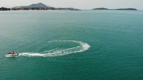 匿名人乘坐的水滑行车 无法认出的旅游在海大海的骑马现代水滑行车手段的 影视素材