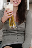 匿名啤酒饮用的妇女 免版税图库摄影