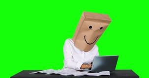 匿名女实业家与在书桌上的膝上型计算机一起使用 股票视频