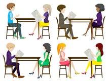 匿名的人民谈论在桌上 免版税库存图片
