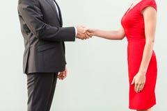 匿名者成交 握手,庆祝合作 穿着体面的busi 库存照片
