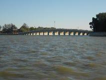 十七个孔桥梁 免版税库存图片