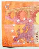 十与桥梁和欧洲地图的欧元笔记 免版税库存照片