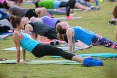 十二个扭转在亚特兰大室外瑜伽类的板条姿势 免版税库存照片