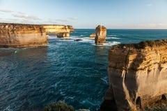 十二使徒岩峭壁石灰石岩石在澳大利亚 免版税库存图片