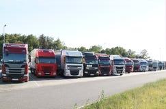 十二卡车在休息地方余停放了 库存图片