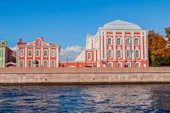 十二学院大学` s附属建筑的修造和神父在圣彼得堡,俄罗斯 库存照片