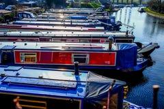 十二条长的传统英国运河船其次直接地停泊了 库存照片