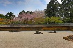 2008十五个庭院石渣日本京都可能晃动ryoanji石头寺庙白色禅宗 在庭院十五石头o 库存图片