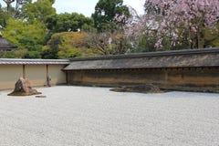 2008十五个庭院石渣日本京都可能晃动ryoanji石头寺庙白色禅宗 在庭院十五石头o 免版税库存照片