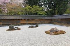 2008十五个庭院石渣日本京都可能晃动ryoanji石头寺庙白色禅宗 在庭院十五石头o 免版税库存图片