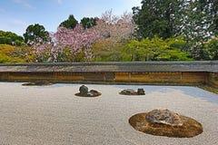 2008十五个庭院石渣日本京都可能晃动ryoanji石头寺庙白色禅宗 在庭院十五石头o 库存照片