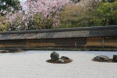 2008十五个庭院石渣日本京都可能晃动ryoanji石头寺庙白色禅宗 在庭院十五石头o 图库摄影