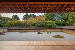 十五个庭院石渣日本京都岩石ryoanji向寺庙那里空白禅宗扔石头 库存图片