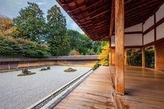 十五个庭院石渣日本京都岩石ryoanji向寺庙那里空白禅宗扔石头 免版税库存图片