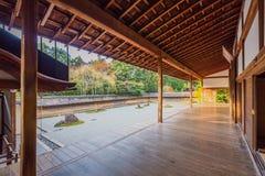 十五个庭院石渣日本京都岩石ryoanji向寺庙那里空白禅宗扔石头 图库摄影