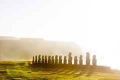 十五在日出的常设moai在复活节岛 免版税库存图片
