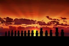 十五在日落的moai在复活节岛 图库摄影