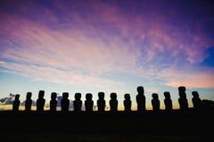 十五在Ahu Tongariki的常设moai反对剧烈的日出天空在复活节岛,智利 库存图片