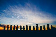 十五在Ahu Tongariki的常设moai反对剧烈的日出 库存图片