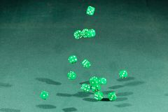 十五绿色把落在一个选材台上切成小方块 免版税库存图片