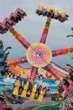 十几岁享受颠倒的狂欢节乘驾 免版税库存照片